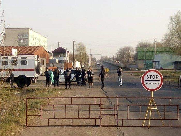 На в'їздах до Подільська поліція та нацгвардія пропускають лише автівки мешканців та працівників міста, транзитний рух через населений пункт заборонено.