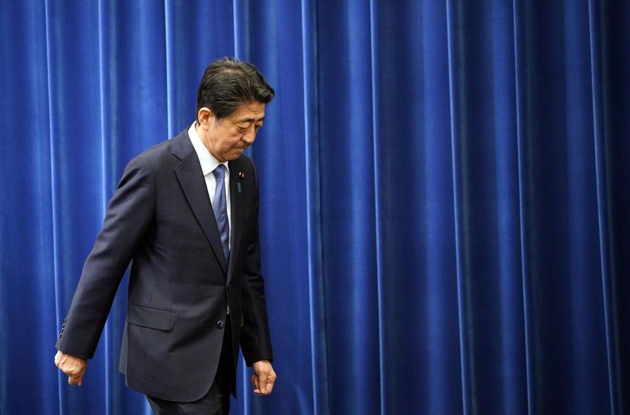 Японии Синдзо Абэ покидает зал после пресс-конференции, Токио, 28 августа 2020.
