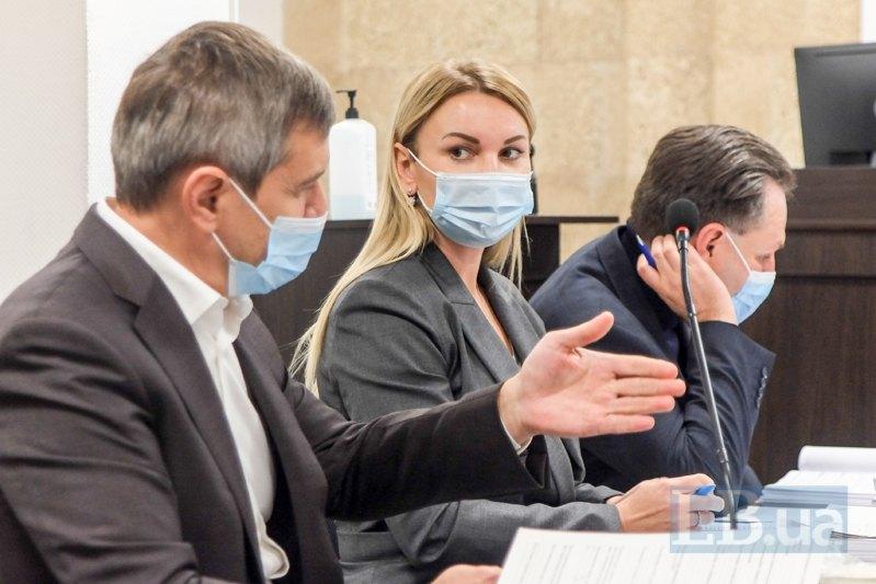 Інна Поповська - в центрі, її адвокати Олександр Лисак (ліворуч) та Олексій Бебель (праворуч)
