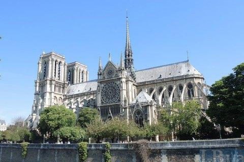 Невідомий напав наполіцейського вцентрі Парижа