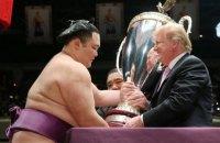 Трамп в Японії вручив гігантський кубок чемпіону з сумо