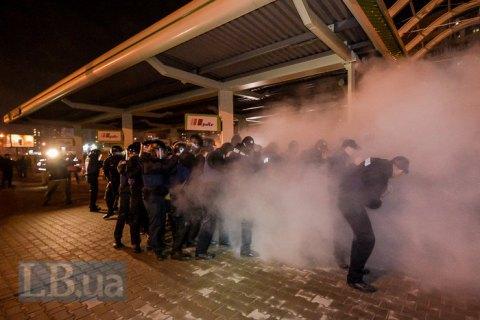 Семь полицейских получили травмы в столкновениях у АЗС на Ревуцкого