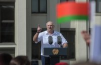 Власти Беларуси в письменном виде заставляют учреждения вывешивать на зданиях красно-зеленые флаги