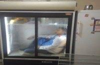 В Баку посетителя супермаркета заперли в холодильнике из-за подозрения в краже