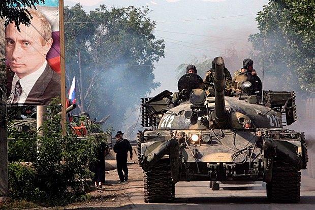 Российские танки едут по улице Цхинвали , Северная Оссетия, 20 августа 2008.