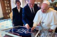Прем'єр-міністр Франції подарував Папі Римському футболку ПСЖ з автографом Мессі