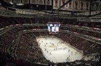 Гравець НХЛ мало не проломив головою скло після силового прийому