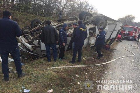 Заклинило колесо: в Хмельницкой области перевернулся рейсовый автобус, пострадали 8 человек