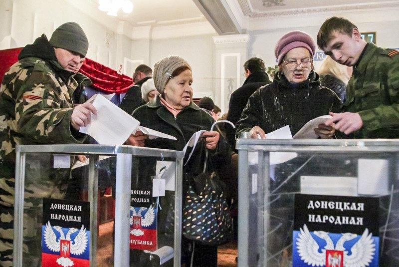На виборчій дільниці у самопроголошеній 'ДНР', Донецьк, 2 листопада 2014 року.