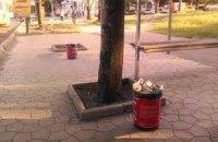 Мусорные урны в Киеве заменили ведрами из-под краски