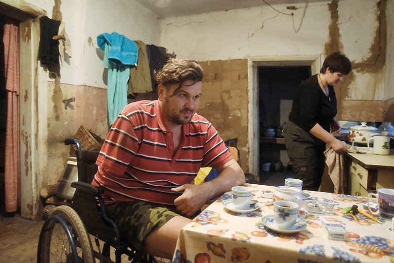 Віка порається на кухні, готує каву, а тим часом Саша розказує історії, як вони з дружиною виїхали на блокпост сепаратистів та потрапили в полон