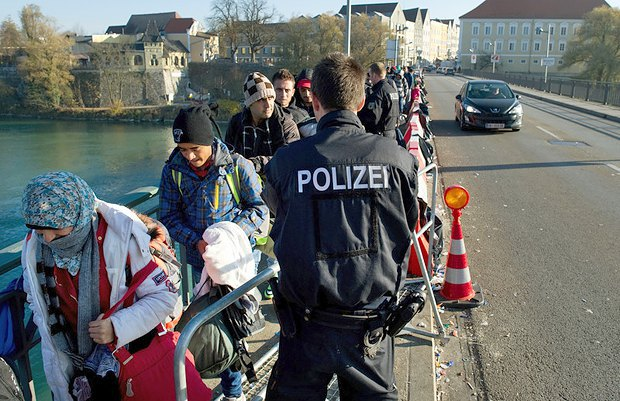Біженці з Сирії прибули в Зімбах-ам-Інн, Баварія, 03 листопада 2015 .