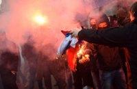 Националисты с болгаркой и файерами напали на здание Россотрудничества в Киеве
