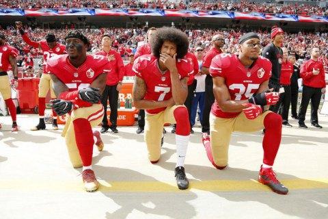 В американському футболі гравців штрафуватимуть за неповагу до гімну