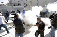 Возле парламента Албании произошли столкновения с газом и водометами