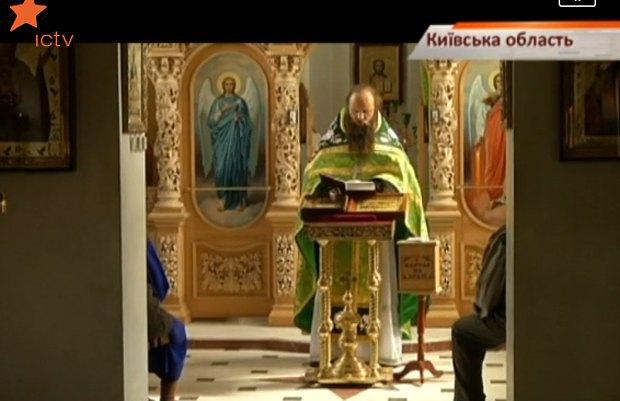 Отец Сергий во время службы