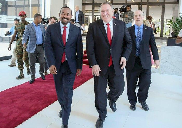 Госсек CША Майк Помпео и премьер-министр Эфиопии Абий Ахмед (слева) перед переговорами в Аддис-Абебе, Эфиопия, 18 февраля 2020