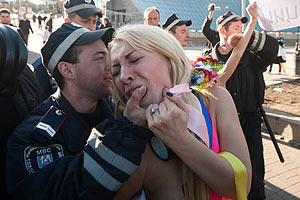 Милиционеры сломали ключицу активистке FEMEN