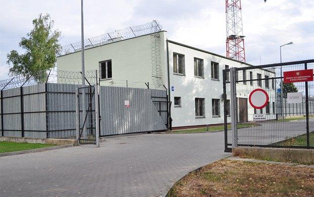 На фото - тюрьма в Бялой Подляске, а если по дорожке пройти метров 25-30 - начинается лагерь для беженцев