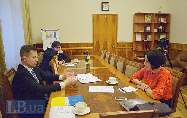 В центре - Маркиян Лубкивский, советник Наливайченко