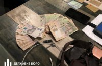 ДБР затримало слідчого поліції під час отримання 50 тис. гривень хабара