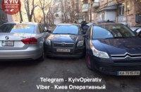 У центрі Києва водій зіткнувся з двома автомобілями, втікаючи від поліції
