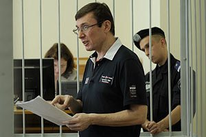 Луценко закликає українців бути людьми і голосувати за опозицію