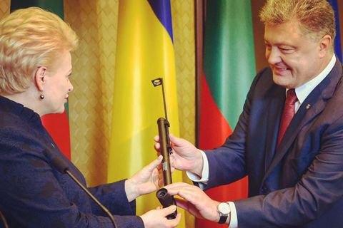 Прапор, щоспинив кулі. Українські воїни презентували Грибаускайте незвичний подарунок