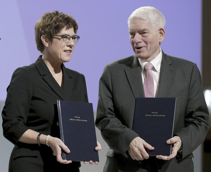 Министр обороны Германии Аннегрет Крамп-Карренбауэр и президент ЦСЕГ Йозеф Шустер подписывают соглашение о введении в Бундесвере института военных раввинов