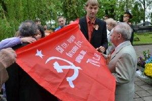 Комуністи Івано-Франківська розгорнули червоні прапори на кладовищі