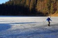 У Карпатах замерзло озеро Синевир