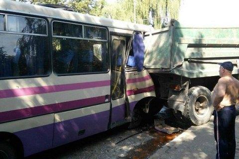 У Луцьку пасажирський автобус в'їхав у КамАЗ, більш ніж 10 постраждалих