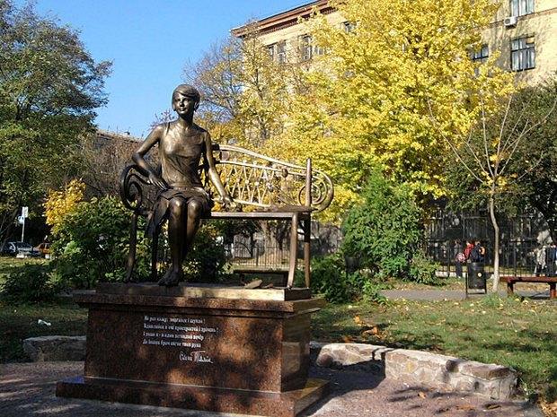 Пам'ятник Олені Телізі в парку КПІ