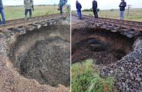 У Чернівецькій області під залізничною колією утворився провал