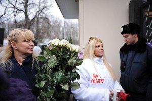 Тимошенко на праздник привезли цветы и тысячи поздравлений