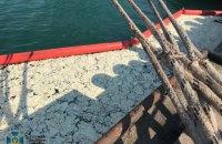 Повідомлено підозру члену екіпажу судна, яке розлило в одеському порту 8 тонн пальмової олії