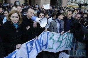 """""""Беркут"""" защитил здание Ахметова от гнева киевлян"""