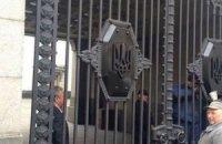 Серп и молот на воротах Рады заменили тризубом
