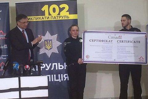 Канада подарила украинским патрульным форму и видеокамеры