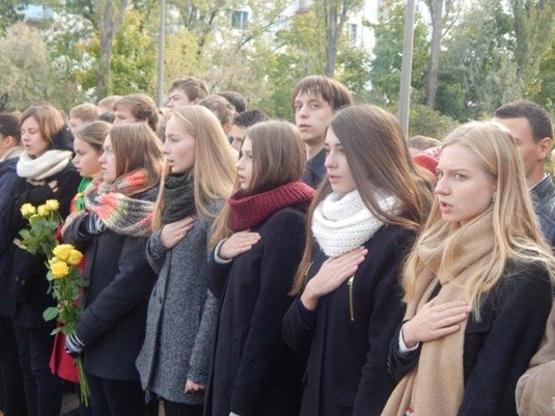 Ученики школы на линейке в честь открытия памятного знака