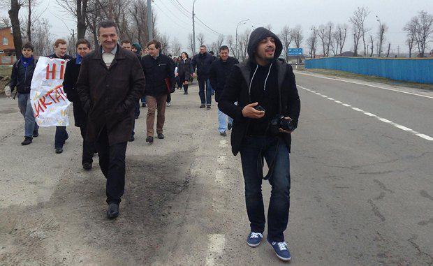 Журналисты идут пешком к резиденции Президента