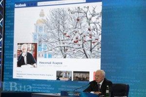 Кортеж Азарова тоже застрял в снегу