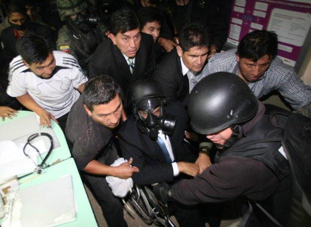 Президет Рафаэль Корреа (в инвалидном кресле) в ходе полицейского бунта