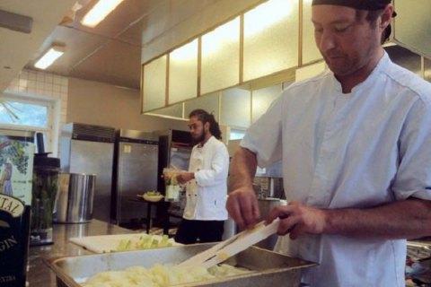 Ресторан, где еду готовят из остатков, открылся в столице Финляндии