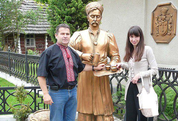 В селі Кульчиці. Звідти родом гетьман Сагайдачний та Юрій-Франц Кульчицький, людина яка навчила Європу пити каву