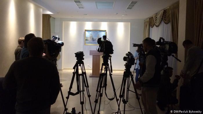 Журналісти в очікуванні прес-конференції після переговорів ТКГ у МІнську