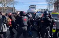 Німецька поліція застосувала сльозогінний газ та водомет на антикарантинному протесті