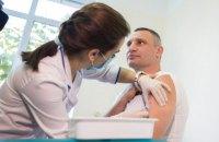 Кличко сделал прививку против дифтерии и столбняка и призвал следовать его примеру