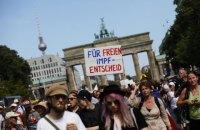 У Берліні тисячі людей вийшли на акцію проти карантинних обмежень