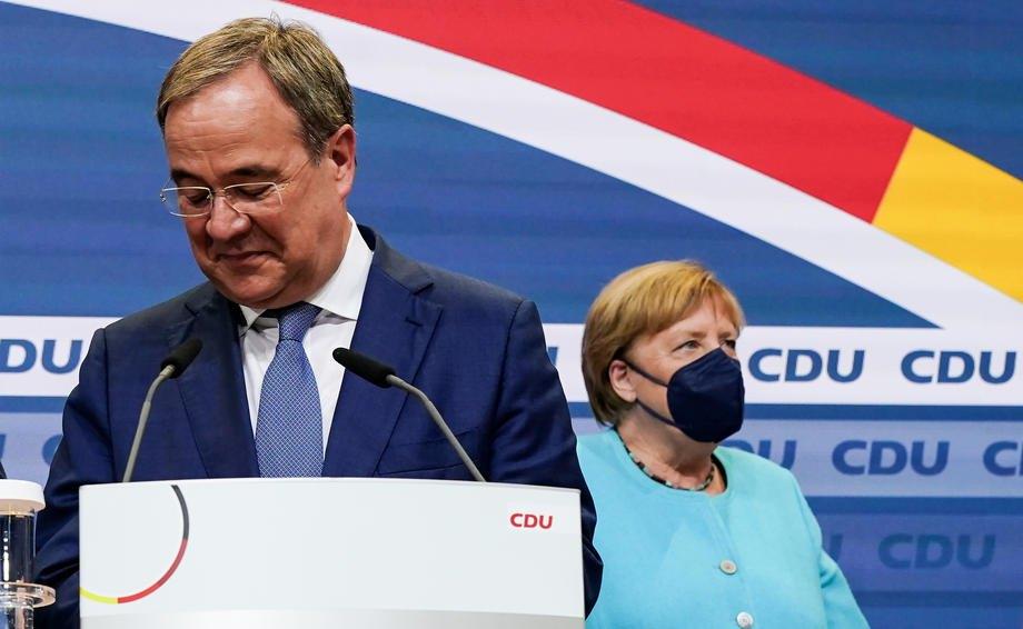 Голова партії ХДС Армін Лашет і канцлер Німеччини Ангела Меркель під час зборів партії в день виборів у Берліні, 26 вересня 2021 р.